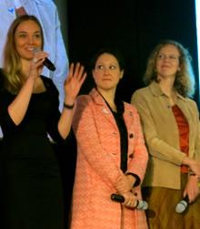 Las ex becarias de Rotary pro Paz Anne Kjaer Riechert, Wendi Boxx y Sallie Lacy se dirigen al público durante un panel de discusión.