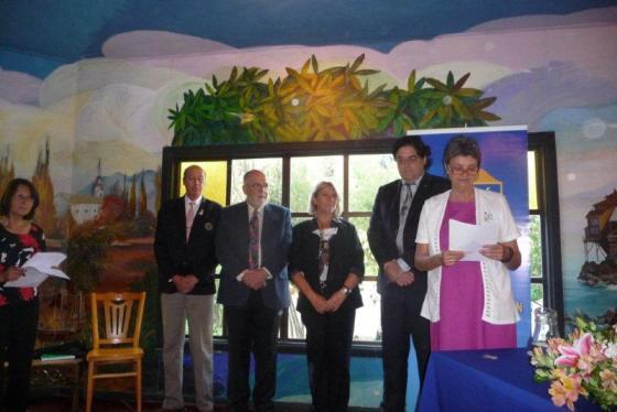 Presidenta RCO Ann Daveport toma juaramento rotario a Noel Fontanes junto a su padrino Miguel Tapia y Ximena O´Ryan, junto a su padrino Gonzalo Fontanes