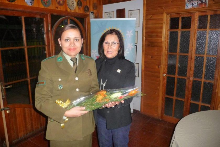 Macero Laura Jara entrega presente a sargento mayor