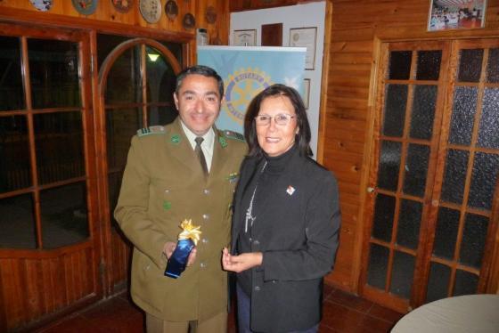 Macero Laura Jara entrega presente a suboficial mayor Carlos Oliveros