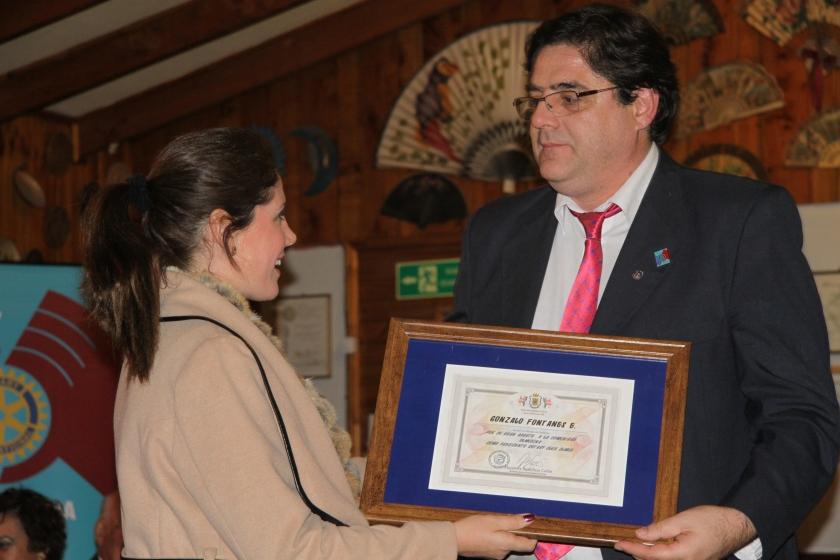 Alcaldesa de Olmué Macarena Santelices entrega reconocimiento a Gonzalo Fontanés