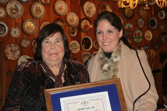 Alcaldesa de Olmué Macarena Santelices entrega reconocimiento a Oriana Díaz