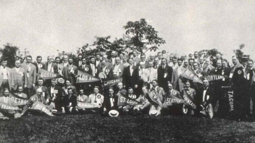 El primer año fiscal de Rotary comenzó el día siguiente a la conclusión de la primera Convención. La Convención de los Clubes Rotarios de América ce celebró en Chicago, cuna de Rotary, en 1910.
