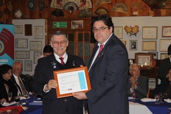 GD Jorge Vega entrega reconocimiento de Rotary Central a RC Olmué