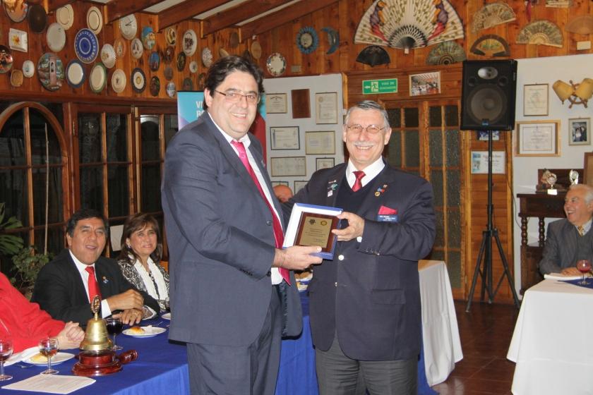 RC Olmué entrega reconocimiento a GD Jorge Vega
