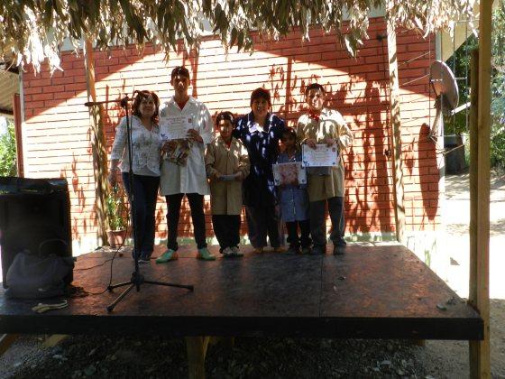 Directora Mireya Quiroz junto a Silvia Ibarra y Niños Premiados