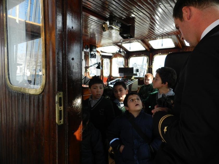 Niños en la Cabina de Mando del Buque