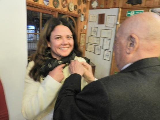 EGD Sergio Garay coloca PIN Rotario a Elizabeth Gallardo