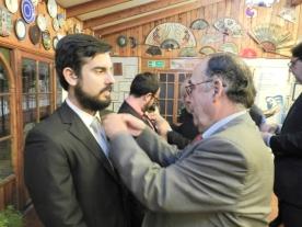 Presidente RCO Jorge Fontanes coloca PIN Rotario a Francisco Aros