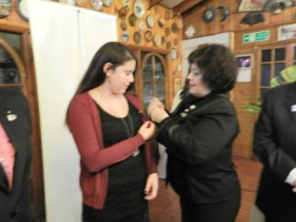 GD Sonia coloca PIN Rotario a Lissette Moraga