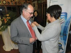 Laura Jara coloca PIN Pastpresident a Jorge Fontanes