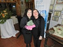 Alejandra Fontanes entrega regalo a GD Sonia Garay